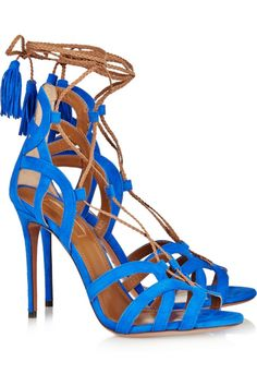 Imagen 25 Sandalias de tiras en color azul eléctrico rematadas con borlas de Aquazzurra | HISPABODAS