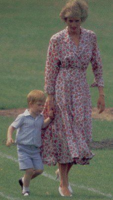 21 June 1988 Prince Williams school sports day, whilst Harry didn't place in the little brother/sister race, William came third in the egg and spoon and Diana, first in the mothers race. Ken wharf stepped in for Charles who left before the fathers race to Princess Diana Images, Princess Diana Fashion, Princess Diana Family, Princes Diana, Prince And Princess, Princess Of Wales, Lady Diana Spencer, Diana Son, Prince William School