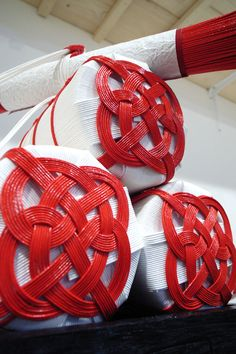 Mizuhiki- Japanese art of knot tying Japanese New Year, Turning Japanese, Japanese Paper, Asian Crafts, Japanese Design, Tie Knots, Japanese Culture, Asian Art, Traditional Art