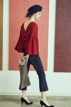 A blouse is an of-the-moment top—one of the most sought after basic outfits. Whether it is a skirt, shorts or a pants, a blouse is a covetable item for women of all ages. Basic Outfits, Casual Outfits, How To Wear Shirt, Mode Top, Fashion Games, Blouse Designs, Ideias Fashion, Fashion Dresses, Fashion Design