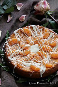 Torta cinese senza glutine al miele, senza burro e senza lievito, laccata con marmellata di albicocche, decorata con mandarini e cioccolato bianco