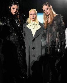 Gaga posando ao lado de Kendal Jenner e Ondria Hardin