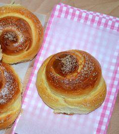 Cukros briós bögrésen - Puha, foszlós, klasszikus pékremek! - Hozzávalók: – 1 bögre tej – fél kocka friss élesztő (2,5 dkg) – 4 bögre liszt – fél bögre cukor – 2 tojás – 10 dkg margarin felolvasztva (fél bögre) + 1 tojás a kenéshez, kristálycukor a szóráshoz Hungarian Desserts, Hungarian Recipes, Sweet Pastries, Bread And Pastries, Baking And Pastry, Bread Baking, French Bakery, Croatian Recipes, Winter Food