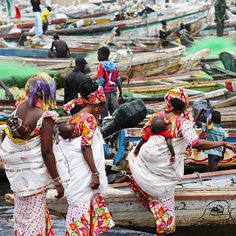 Mothers getting into boats in Guet Ndar, Saint-Louis, Senegal Photo by @dhersz