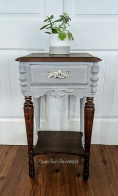 The hottest trend right now in the furniture market is a mix of wood and paint. The contrast is always stunning! This solid mahogany wood side table was in roug… Funky Junk Interiors, Diy End Tables, Diy Table, Paint Furniture, Furniture Makeover, Dresser Makeovers, Furniture Design, Santa Pola, Painted Side Tables