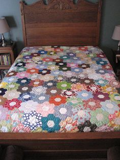 Wow, so much work! Hexagon Quilt Pattern, Hexagon Patchwork, Quilt Patterns, Cute Quilts, Flower Quilts, How To Finish A Quilt, Queen Quilt, English Paper Piecing, Quilt Making