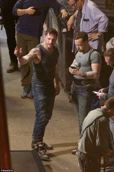 http://www.dailymail.co.uk/tvshowbiz/article-5049285/Tom-Hardy-shows-bulging-muscles-Venom-set.html