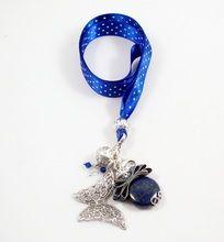 Cuelgamóvil bixut realizado con lazo, lapislazuli, swarovski y piezas de metal de fantasía.