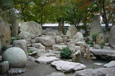 Landscaping ideas and tips to build unique Japanese rock garden easily. Find more tutorial, design, photos of the best Japanese rock garden design Japanese Rock Garden, Zen Rock Garden, Backyard Garden Landscape, Dry Garden, Japanese Garden Design, Small Backyard Gardens, Backyard Landscaping, Landscaping Ideas, Zen Gardens