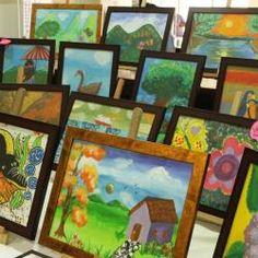 El público puede admirar los preciosos cuadros pintados por los pequeños pacientes, en la entrada principal del hospital...