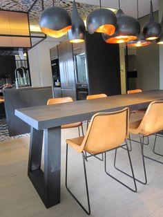 Wat een mooie combinatie met onze eetkamer tafel Slide in de kleur Charcoal. Voor de inrichten van een demonstratie keuken bij een vlees importeur, heeft Styling by Smeele de Blieck uit Rotterdam, onze tafel gebruikt. Wat is het mooi geworden!