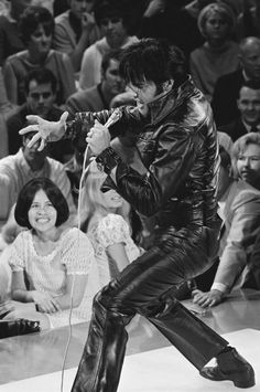 Men's Leather Trousers - Do Men Look Good In Leather Trousers! Elvis looked great in anything. Best looking man ever! Mens Leather Trousers, Leather Men, Black Leather, Rock And Roll, Elvis 68 Comeback Special, Elvis Presley Photos, Special Pictures, Chuck Berry, Do Men