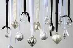 Joulupallot voi asetella keittiön valaisimeen tai kattoon pöydän ylle. Riviera Maisonin joulupallot White On White.
