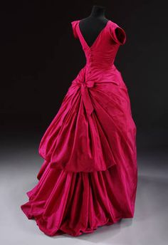 Silk taffeta evening dress, Cristóbal Balenciaga, 1955, Paris, France. Museum no. T.427-1967. © Victoria and Albert Museum, London