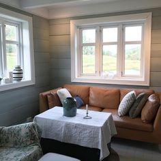 "Tester nytt ""stuebord"" ;) Ikke egentlig et bord, men julepyntkista til @tirebse #stue #livingroom #ikeastockholm #kistebord #tømmervegg #timberwall #tantjohannasgröna #mintybreeze #hay #interior #interior123 #levlandlig #interiør #interiorinspo #interiordecor #gamlehus #gamletrehus #renovering #oppussing #tregulv #maltegulv"