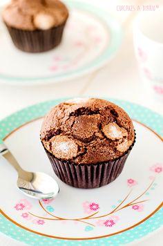 Magdalenas caseras de chocolate rellenas de salsa de toffee - Cupcakes a diario