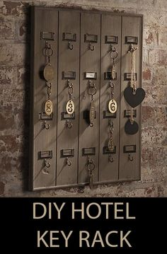 * Remodelaholic: DIY Wall Mounted Wooden Hotel Key Rack on imgfave Diy Wand, Diy Y Manualidades, Vintage Hotels, Key Organizer, Key Rack, Diy Home Decor Projects, Diy Design, Decoration, Art Decor
