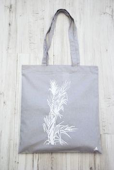 Taška+Arundo+donax+5/15+Botany+Arundo+donax+5/15+rozměry+38x42+cm+délka+ucha+67+cm+potisk+bílý+barva+šedá+100%+bavlna+Rostlinné+motivy+sama+kreslím+v+přírodě,+poté+vybírám+ze+skicáku+a+na+tašky+přenáším+metodou+ručního+sítotisku.+Každý+kus+je+tedy+originál+a+jedná+se+o+autorský+návrh.+Tašky+tisknu+profesionálními+barvami+na+textil,+a+proto+tašky+vydrží+i+praní+...