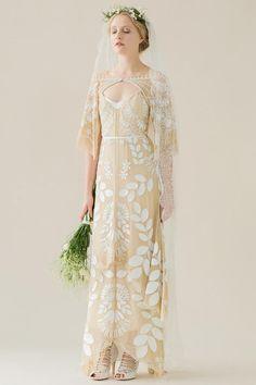 Fließendes Boho-Brautkleid in Gold mit weißem Blätterdruck, lockeren Ärmeln und Cutout-Ausschnitt von Rue de Seine