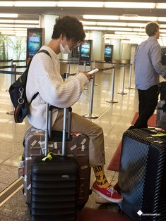Aww look at oppa! He's sitting on a suitcase!