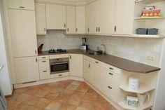 Keuken voorzien van diverse apparatuur