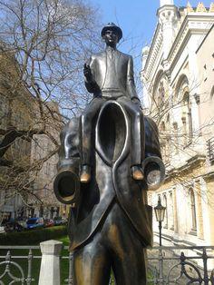 Prag mit der Statue von Franz Kafka Czech Republic, World, Places, Modern, City, Viajes, The World, Lugares, Earth