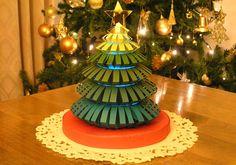 紙工作 クリスマスツリーとクリスマスリースの作り方 Christmas Crafts, Xmas, Christmas Tree, Quilling, Origami, Diy And Crafts, Projects To Try, Holiday Decor, Paper