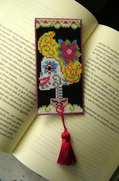 ...Porque leer es un placer así que, ¿por qué no darle también un capricho a tus libros? =)  Estos marcapáginas son el regalo perfecto. Llenas de Diy Jewelry, Jewelry Making, Loom Beading, Bead Weaving, Diy Tutorial, Cross Stitch Patterns, Pin Up, Skulls, Etsy