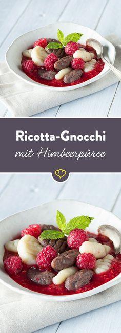 Die Ricotta-Gnocchi mit Schokoladen- und Vanillegeschmack sind auf einem Himbeerpüree gebettet und bringen Abwechslung auf deinen Dessertteller.