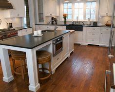 Gestalten Sie Ihre Küche mit einer schönen Arbeitsplatte aus Schiefer. Vor allem eignet sich dieser Naturstein, wenn der Rest der Küche hell ist, da kommen die Schiefer Arbeitsplatten richtig zur Geltung. Dieser Naturstein ist pflegeleicht, hygienisch und nach der entsprechenden Oberflächenbehandlung auch gegen die verschiedensten Verschmutzungen resistent.