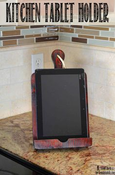 you like cooking using online recipes a tablet holder or Ipad holder is a must. Build a DIY bread board kitchen tablet holder with this easy tutorial. Ipad Holder, Tablet Holder, Tablet Stand, Fixer Upper, Diy Ipad Stand, Wood Projects, Woodworking Projects, Diy Cutting Board, Craft Organization