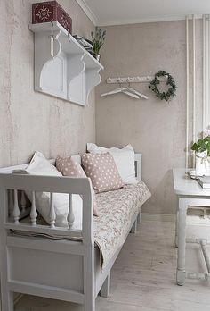 Interieur Wensen nl. Mooi verweerde kleur op de muren en leuke witte klepbank.