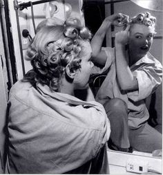 Marilyn Monroe Putting in pin curls // 1940's hair