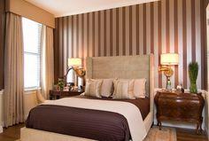 Теплая спальня с полосатыми обоями   #коричневый #полоска #спальня