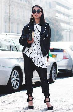 Street style look com blusa xadrez preta e branca, calça jogging e sapato amarrações.