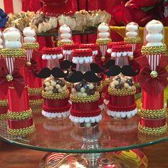 """""""Garrafinhas com Chocoball e tubete com mentos! Porque amamos o que fazemos! ❤️ Circo Vintage por Corujice Eventos! #corujiceventos #festa #festacirco…"""""""