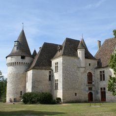 Le charmant Château de Bridoire, dissimulé dans un vallon, date du 13°s; Ravagé une 1° fois au 14°s par les Anglais, il subit de nouvelles destructions lors des guerres de Religion. A chaque fois il a été restauré. A la fin du 20°s, il frôle de nouveau la ruine après avoir été abandonné par son propriétaire qui sera finalement exproprié.