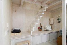 階段を上ると、健二さんの衣装を収めた部屋に。右奥でカバーが掛けられているのは由美子さんのミシン。その横の立体裁断用のトルソがオブジェ作品のように見える。