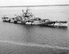 x USS Indiana Painting parts of the hull from scaffolding on 8 September 1942 at Hampton Roads, Virginia. Naval History, Military History, Uss Indiana, Dazzle Camouflage, Capital Ship, Us Navy Ships, Big Guns, Hampton Roads, United States Navy