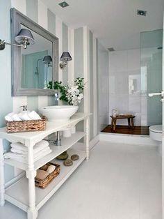 Baño reformado con papel pintado