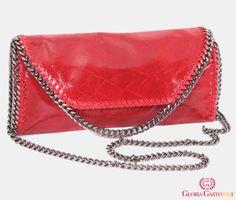 Este o poșetă plic după modelul Stella McCartney, cu nuanță de roșu burgundy  Model special, foarte trendy cu baretă detașabilă din lanț argintiu și buzunar cu fermoar în spate.  Dimensiuni – lungime: 33 cm, lățime: 7 cm, înălțime: 16 cm, bareta de umăr: 117 cm. Stella Mccartney, Kate Spade, Shoulder Bag, Model, Bags, Fashion, Handbags, Moda