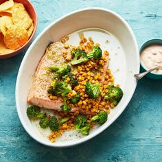 Lax i ugn ger fin fredagsfeeling med goda tillbehör som smörstekt majs, broccoli och chilicréme. Bjud limelaxen och tillbehören plockigt och låt var och en fylla sitt bröd efter egen smak.