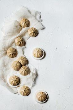 J'ai préparé des meringues suisses parfumées au café. Il suffit pour cela d'ajouter au sucre du café soluble qui vient donner une jolie couleur caramel (et un bon goût de café). Café Soluble, Meringue Suisse, Ajouter, C'est Bon, Food Design, Garlic, Vegetables, Desserts, Top