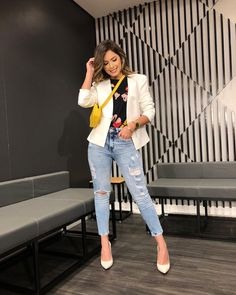 Outfits con Jeans 💙👖 jeans outfits moda modamujer trendy looks lookstyle mezclilla pantalones pantalonmezclilla Blazer Outfits, Chic Outfits, Fashion Outfits, Outfit Jeans, White Jacket Outfit, Look Jean, Look Office, Look Blazer, Casual Blazer