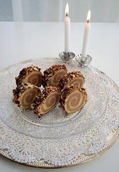 Marzipan - Nougat Roulade  Marzipan - Nougat Roulade  Zutaten: 400 g reines, rohes Marzipan 150 g Nougat 200 g dunkle Schokolade 100 g gehackte Haselnüsse