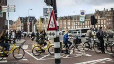 Radfahrer an der Kreuzung Prins Hendrikkade in Amsterdam