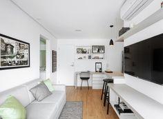 Sala de estar | SALA DE ESTAR | A área social ganhou piso de porcelanato, linha abitare HD, da Portinari. O sofá, da Lider, tem almofadas da Leroy Merlin. Tapete de sisal sintético, da Sueli Tapetes (Foto: Daniel Lee/Divulgação)