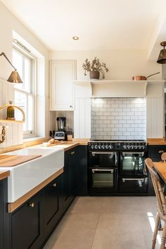 A view of the black blue in-frame furniture met with a shaded white hand painted cupboard built into the corner. A beautiful black Stoves range cooker sits at the end surrounded with lots of storage and wooden elements. Source by umackle shaped Kitchen Modern Shaker Kitchen, Shaker Style Kitchens, New Kitchen, Home Kitchens, Wooden Kitchen, Range Cooker Kitchen, Kitchen Stove, Kitchen Furniture, Kitchens
