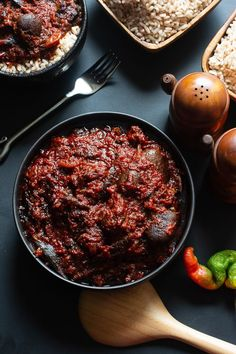 How to Make Ofada Stew (Nigerian Ofada Sauce Recipe) In this recipe, I share how to make Ofada stew, a stew that originates from Western Nigeria and is commonly eaten with a locally grown rice called ofada rice. African Stew, West African Food, Sauce Recipes, Cooking Recipes, Healthy Recipes, Nigerian Stew, All You Need Is, Nigeria Food, Exotic Food