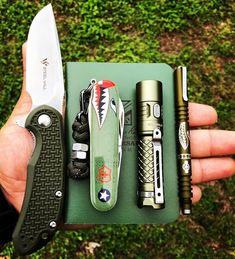 Do you color coordinate your EDC gear? If so, what are your go-to colors for the season? Survival Clothing, Survival Gear, Survival Skills, Edc Tactical, Tactical Knives, Everyday Carry Gear, Edc Tools, Bug Out Bag, Edc Gear